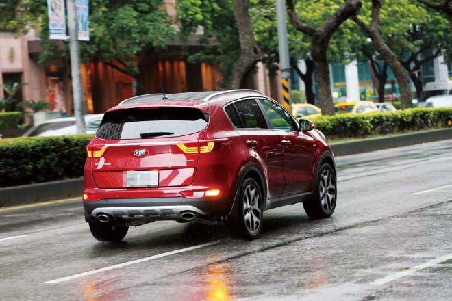 愛車Q&A:下雨天該不該閃雙黃燈?
