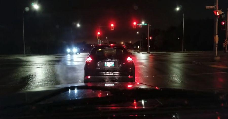 影/Ford Focus ST燒胎闖紅燈!波麗士大人就在對面…