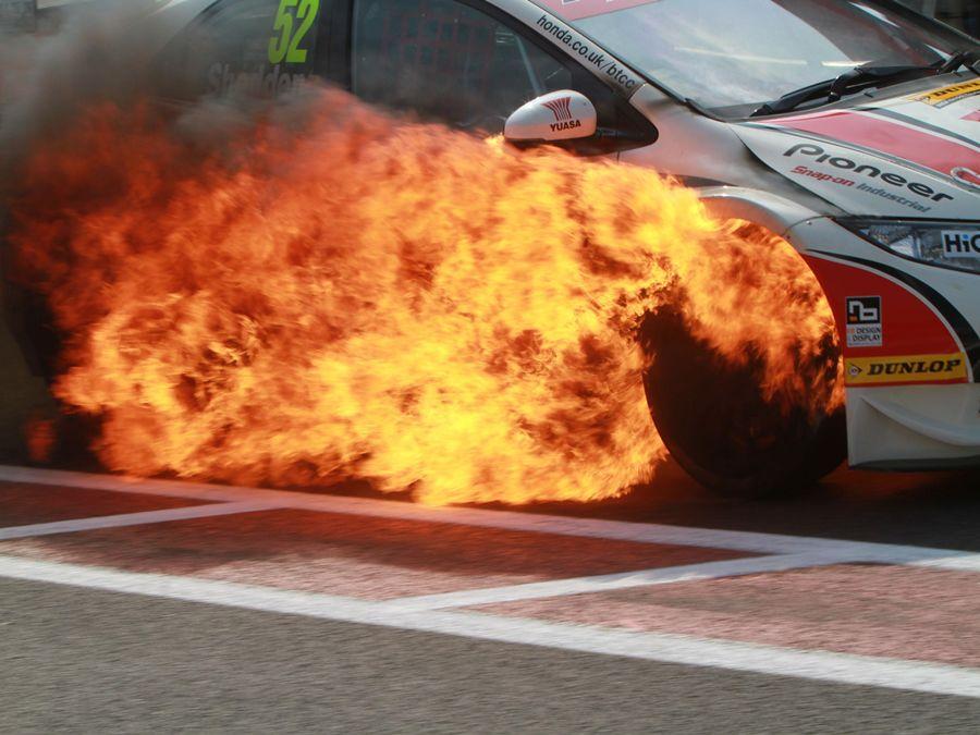 用噴蠟讓引擎室內塑膠件更顯黑亮?小心變成火燒車!