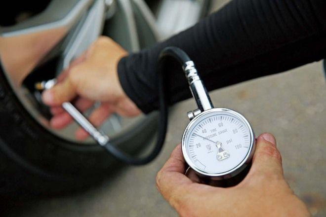 爆胎失壓自救法:第一次用補胎劑劑上手(5-3)