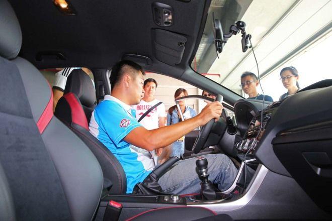 正確與錯誤的駕駛姿勢與技巧(轉方向盤、ABS與TCS的使用)
